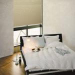 plisy na oknie za łóżkiem