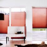 czerwone plisy w salonie