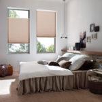 beżowe plisy w sypialni