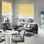 żółte rolety w salonie